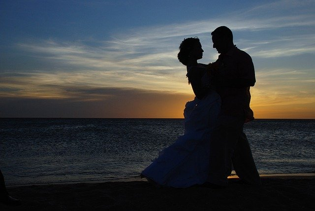 Comment apporter une touche d'originalité à vos tenues de mariés ?