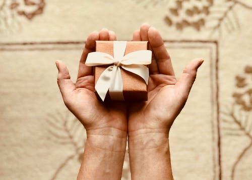Les présents pour les invités: un essentiel de l'organisation de mariage
